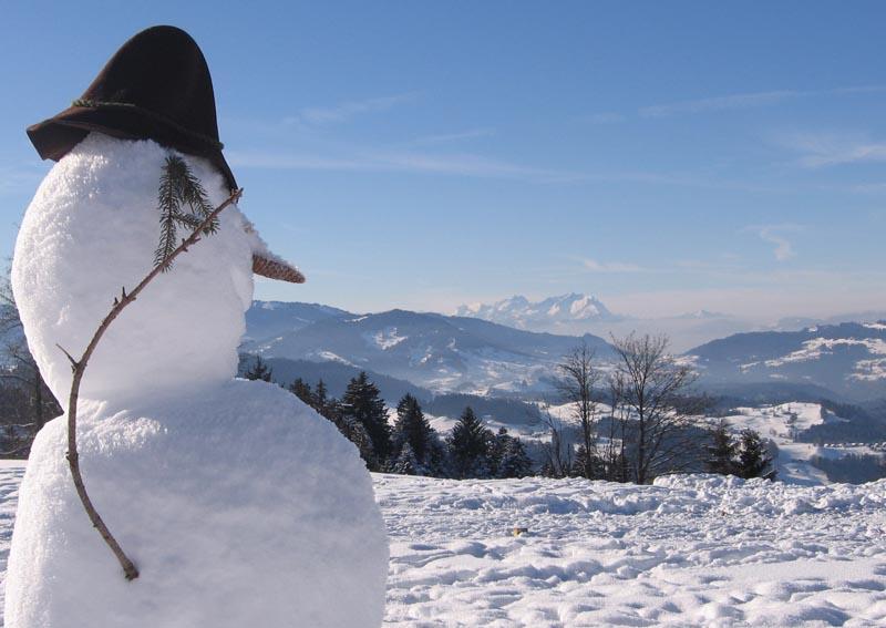 Schneemann überblickt den Campingplatz Hochlitten in Vorarlberg