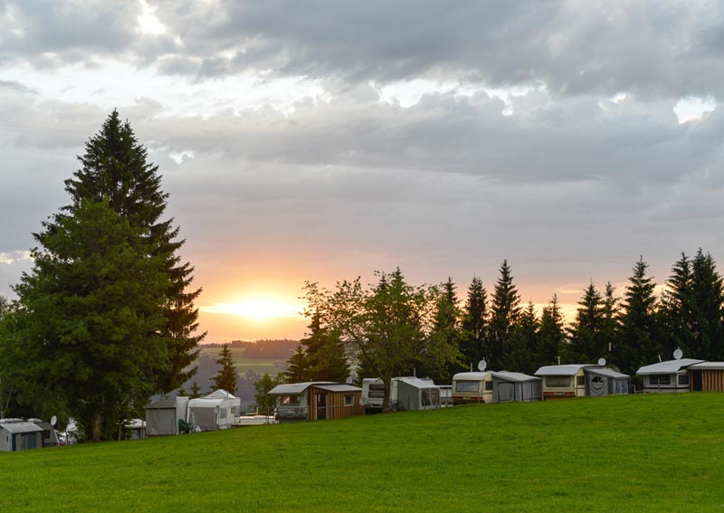 Sonnenutnergang über dem Campingplatz Hochlitten in Vorarlberg