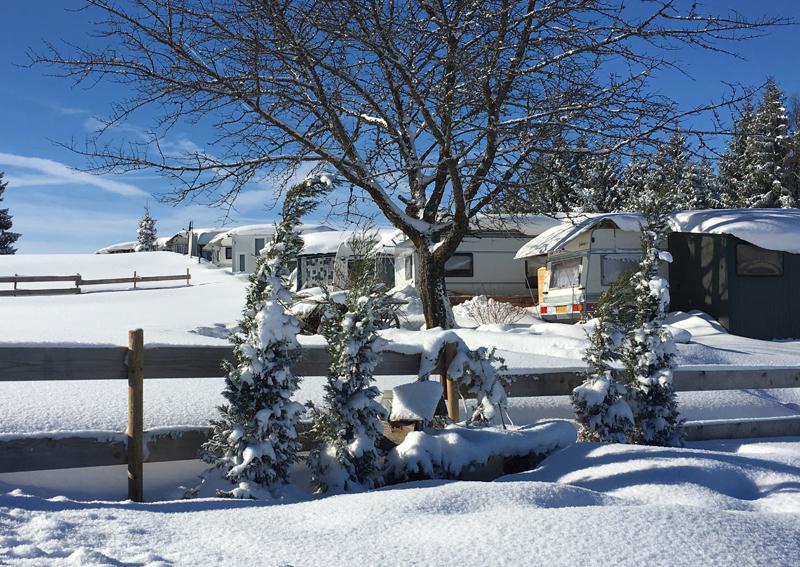 Eingeschneite Wintercamper in Hochlitten in Vorarlberg