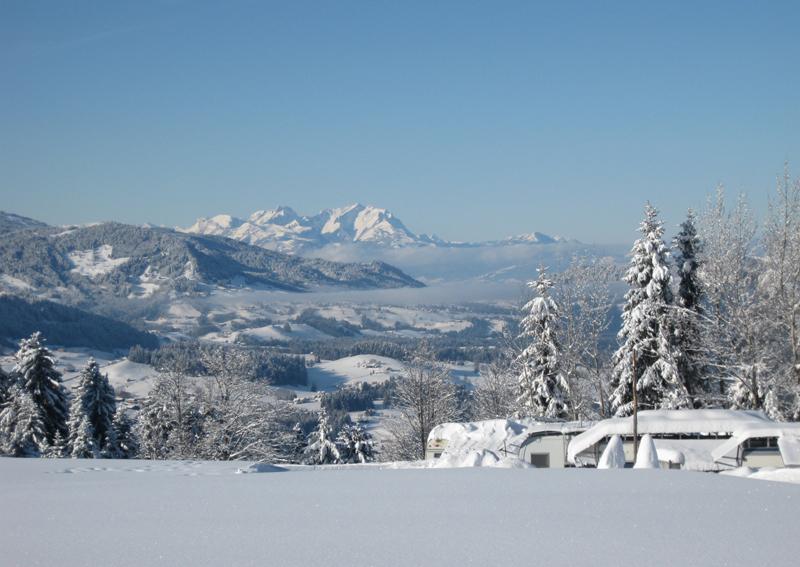 Wintercamping im Schnee in Vorarlberg