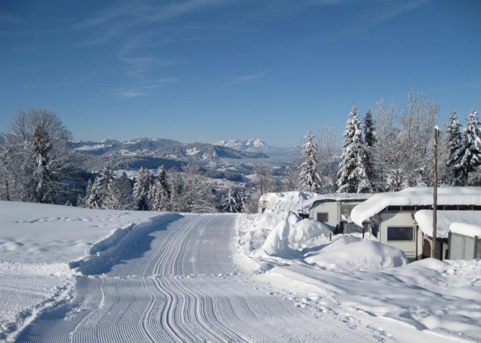 Schneeräumung am Campingplatz Hochlitten in Vorarlberg im Winter