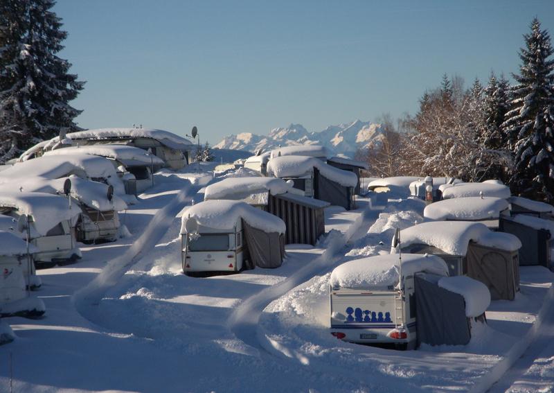 der Campingplatz Hochlitten in Vorarlberg im Winter