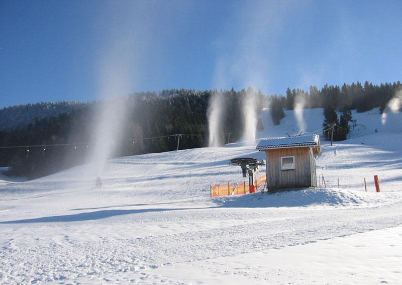 Schneekanonen am Skigebiet Hochlitten